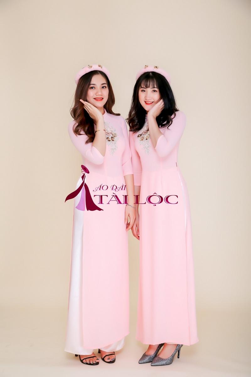 Áo dài phụ dâu big size hiện rất đa dạng màu sắc. Ảnh Tài Lộc
