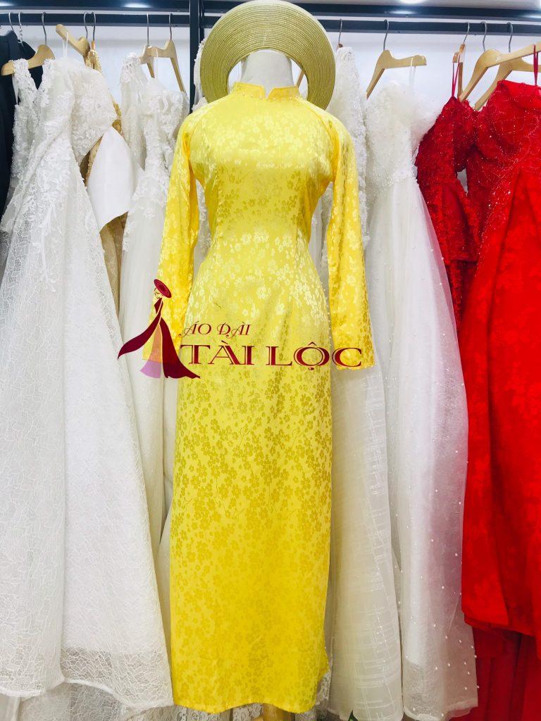 Sắc vàng truyền thống trong tà áo dài của cô dâu