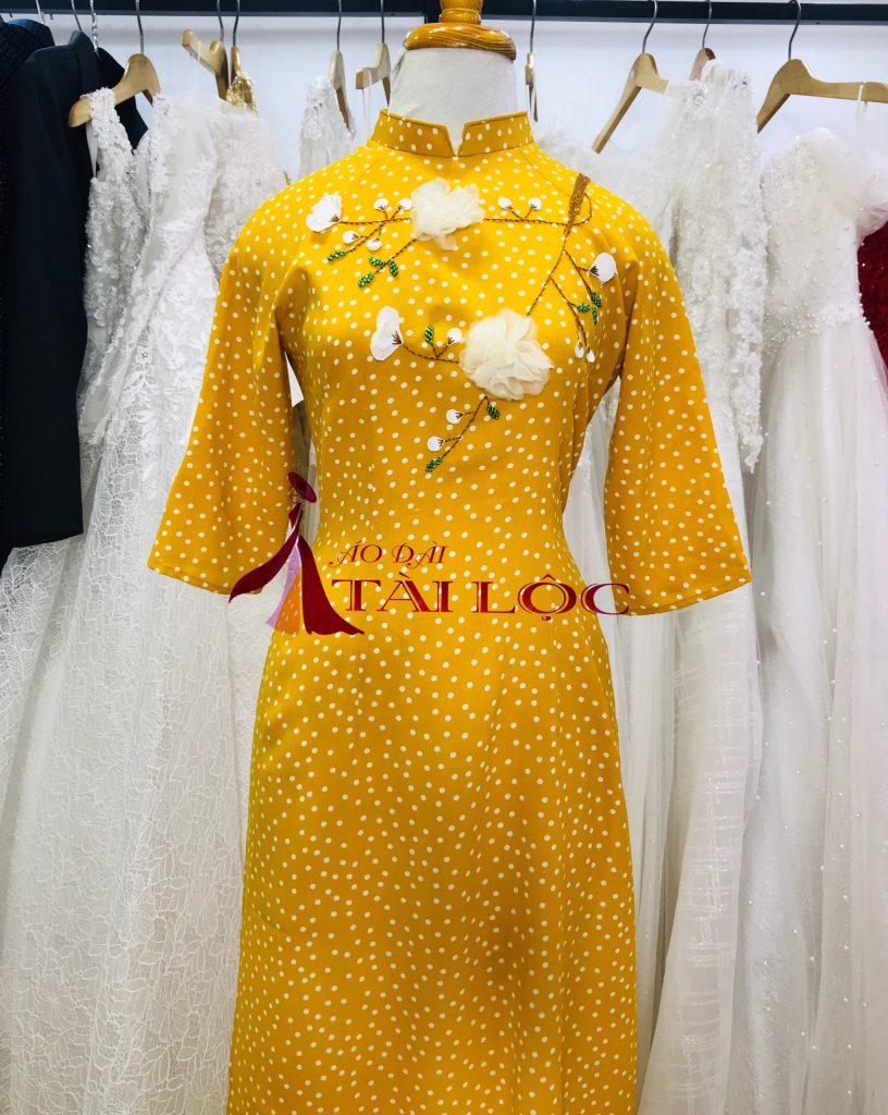 Mọi người thường ưa chuộng màu vàng trong ngày ăn hỏi hoặc chụp ảnh cưới