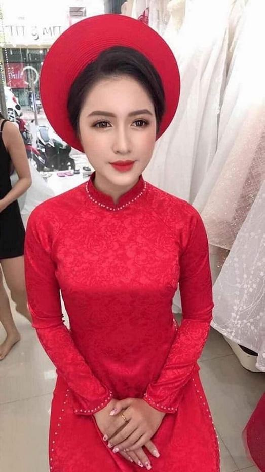 Áo dài cô dâu màu đỏ vải trơn là 1 trong số đó