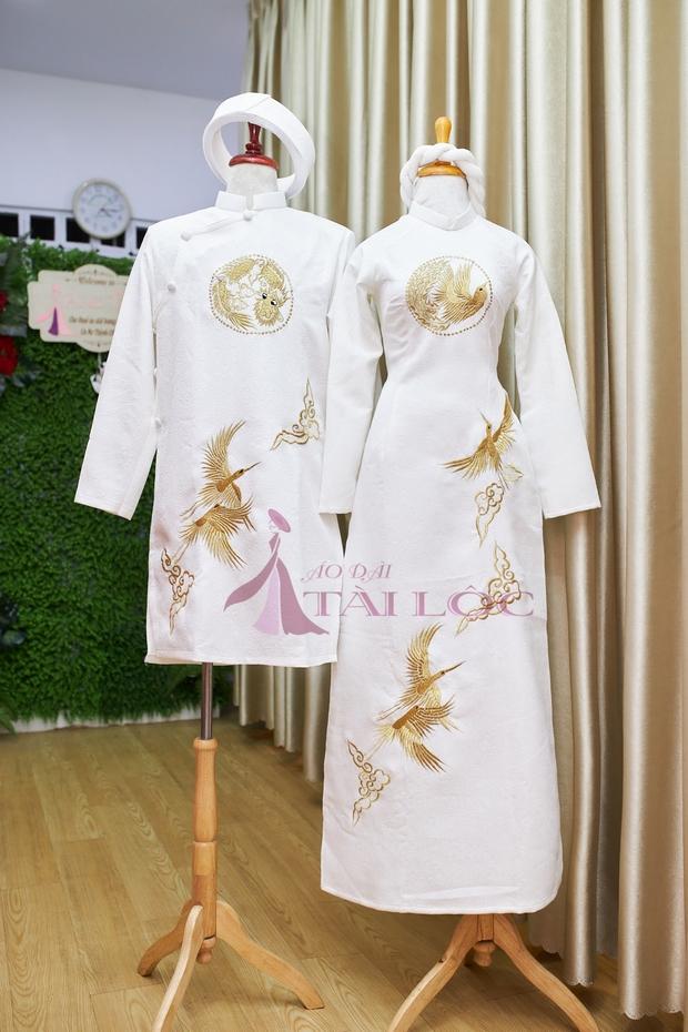 Áo dài cặp cô dâu chú rể màu trắng họa tiết hạc vàng