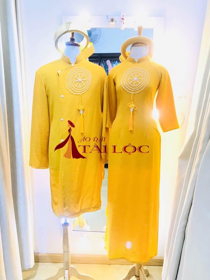 Áo dài phụ dâu màu vàng vải thun co giãn tốt. Ảnh: Áo Dài Tài Lộc