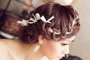 Kiểu tóc tết cho cô dâu tóc ngắn.