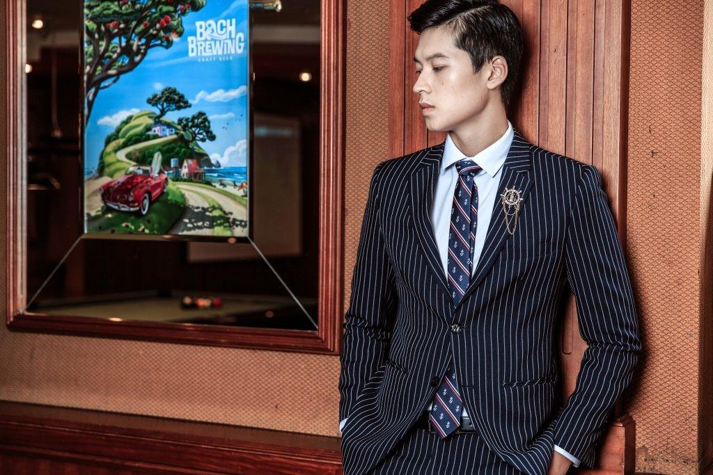 Vest tối màu và những đường nét mạnh mẽ tăng thêm phong độ chú rể