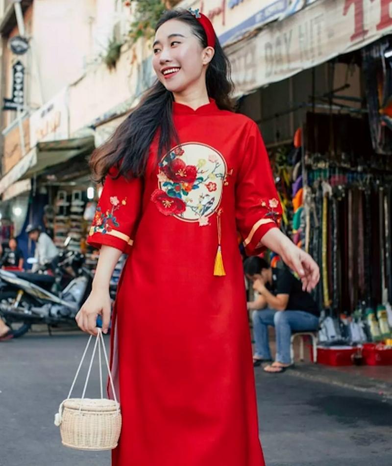Những bộ áo dài cách tân bằng lụa luôn mang đến sự sang trọng cho người mặc