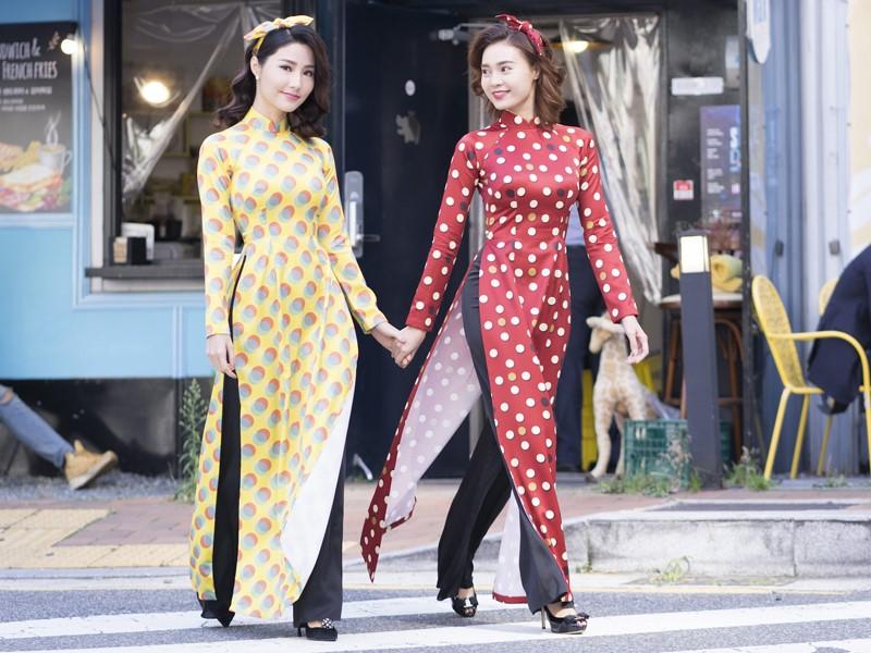 Áo dài cô Ba Sài Gòn đẹp đi kèm với băng đô điệu đà được các bạn gái yêu thích. Ảnh: Internet