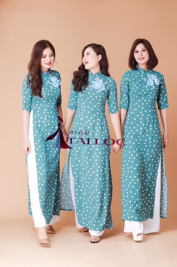 Áo dài cô Ba Sài Gòn cách tân xanh bi form chuẩn. Ảnh Tài Lộc