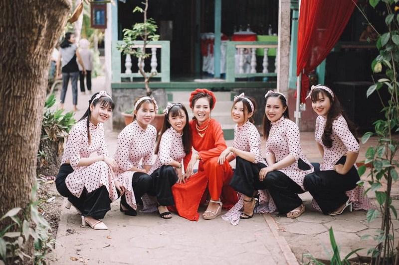 Áo dài cô Ba Sài Gòn được nhiều cặp đôi chọn cho đám cưới.