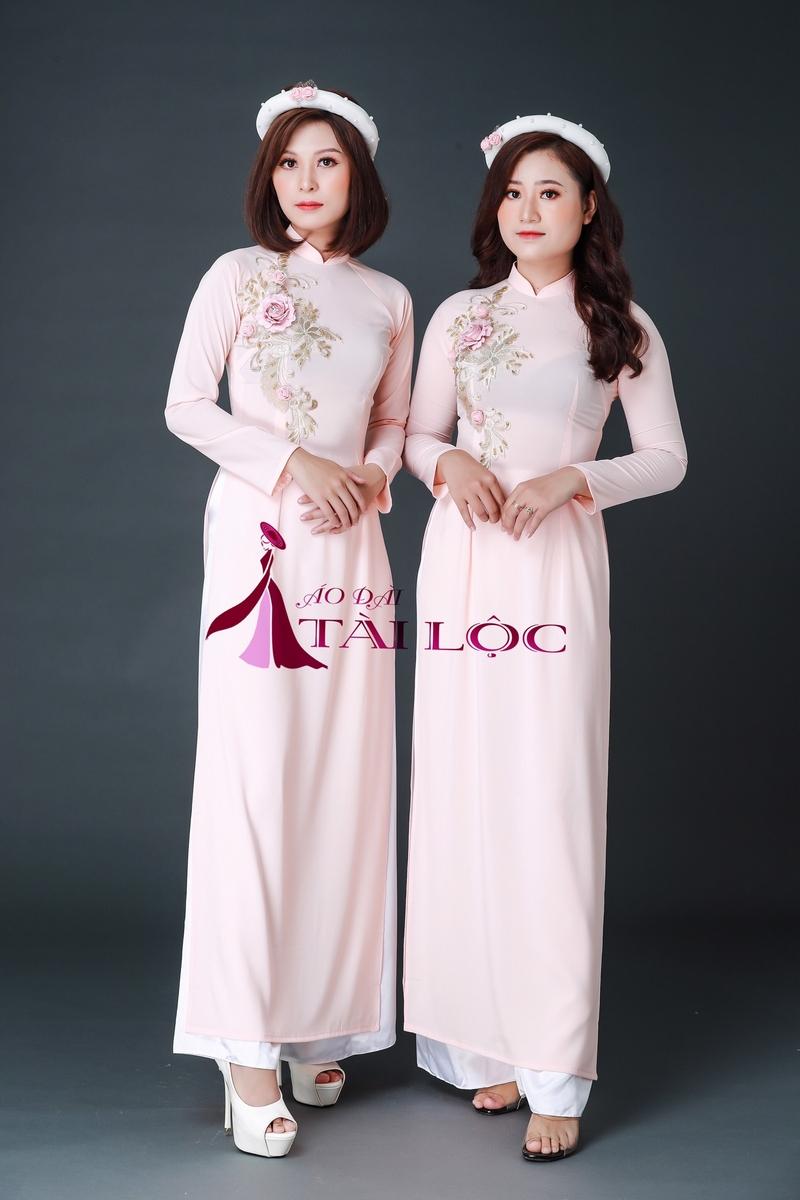 Áo dài hồng nữ tính với điểm nhấn 4 hoa nổi độc đáo. Ảnh: Áo Dài Tài Lộc