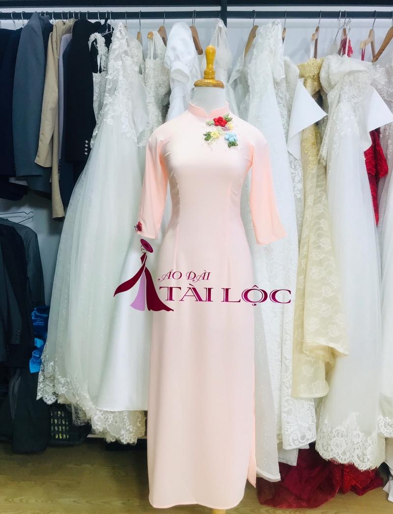Áo dài bưng quả nữ màu hồng pastel viền hoa cổ. Ảnh: Áo Dài Tài Lộc