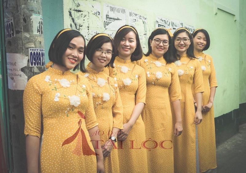 Áo dài bưng quả vàng chấm bi truyền thống tà dài. Ảnh: Áo Dài Tài Lộc