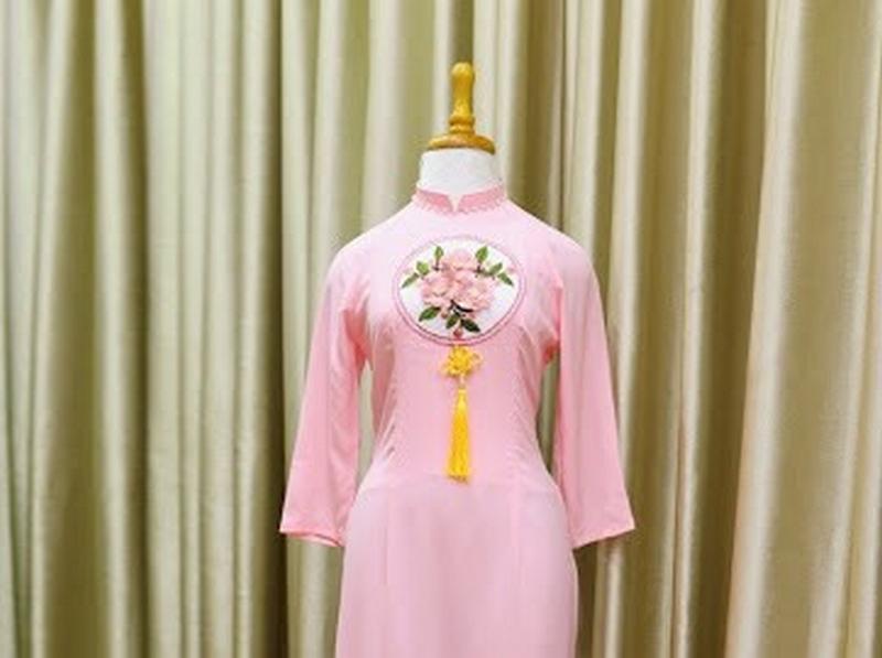 Mẩu áo dài bê tráp màu hồng phấn