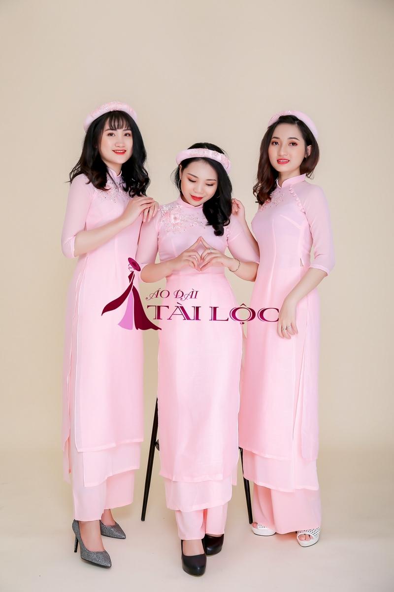 Áo dài bưng quả truyền thống màu hồng dịu dàng. Ảnh: Áo Dài Tài Lộc