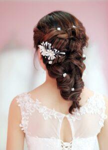 Kiểu tóc cô dâu tết dài gắn hoa nữ tính