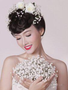 Cô dâu để kiều tóc mái hoa hồng cổ điển.