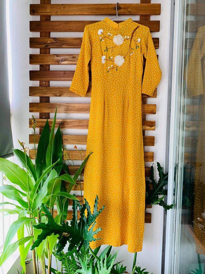 áo dài màu vàng chấm bi
