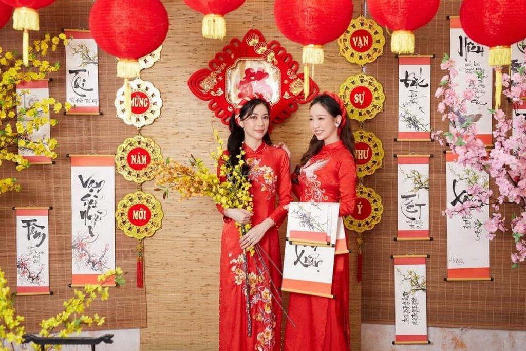 Áo dài xuân màu đỏ truyền thống