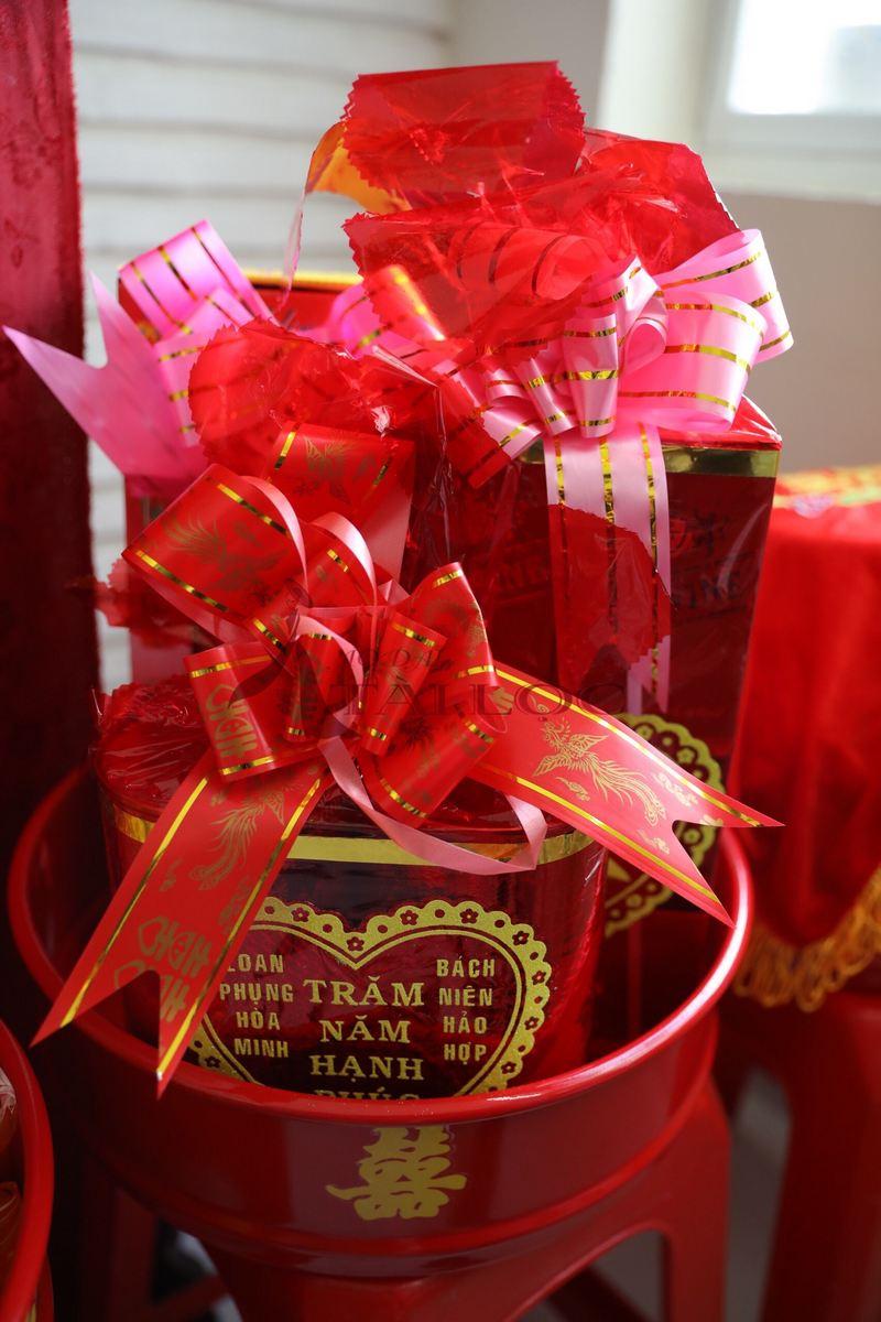 Đặt tráp cưới cần lưu ý đến chất lượng lễ vật, đặc biệt là trà rượu. Ảnh: ÁO DÀI TÀI LỘC