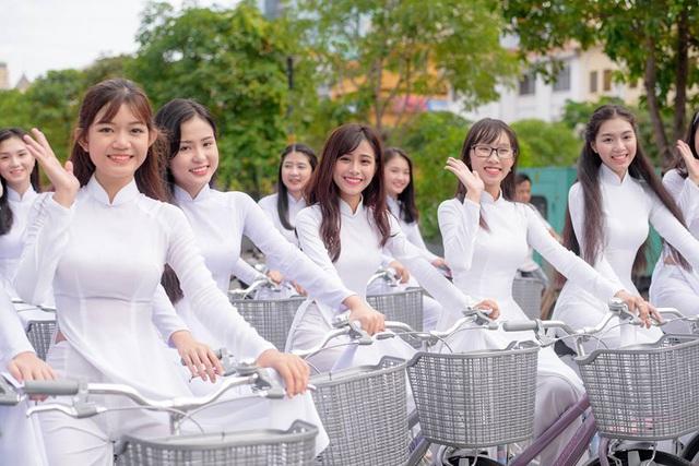 Nữ sinh mặc áo dài trắng tạo dáng cùng xe đạp vô cùng độc đáo. Ảnh: Internet