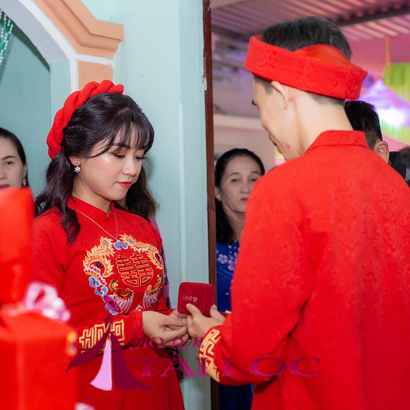 Mẩu áo dài cưới cặp nam nữ màu đỏ vải gấm
