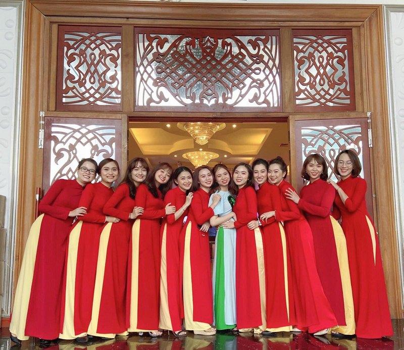 Áo dài lễ tân màu đỏ( quần có thể thay đổi màu)