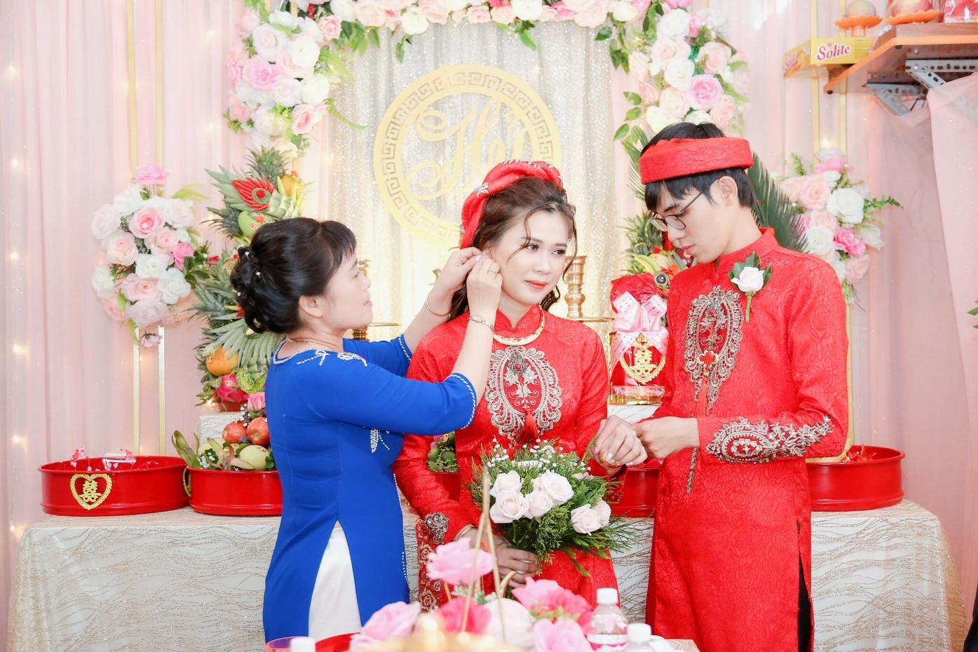 Áo dài cặp ren đen với phong cách đậm chất văn hóa truyền thống Việt Nam sẽ thích hợp với hầu hết mọi cô dâu chú rể