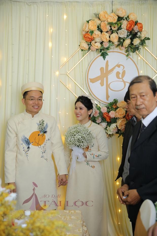 Áo dài cặp cưới màu kem vải gấm